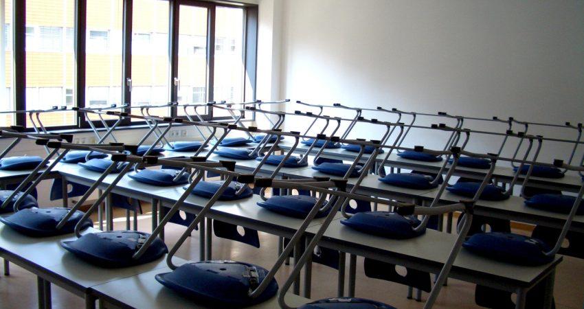 Bild von hochgestellten Stühlen in Seminarraum der Uni Leipzig