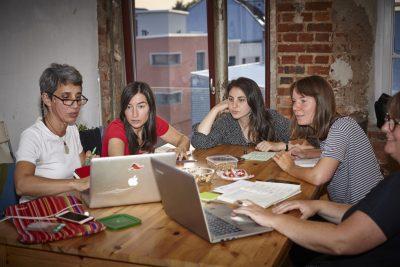 Bild von mehreren Frauen an einem Tisch, die sich etwas am Laptop anschauen und unterhalten © Christiane Gundlach