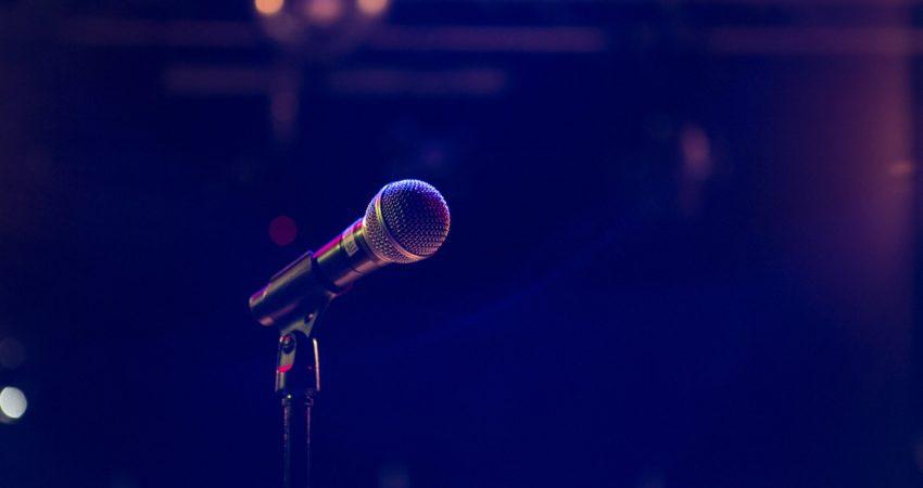Bild von Mikrofon auf Bühne © Matthias Wagner / Unsplash