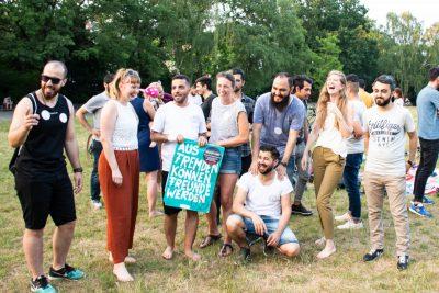 Bild von lachender und ausgelassener Menschengruppe im Park © Start with a Friend