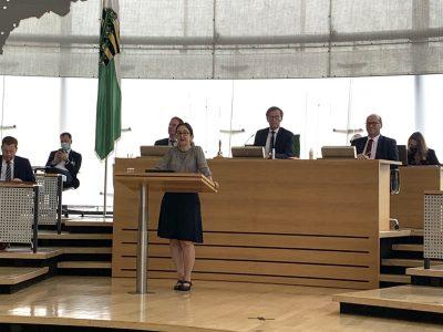 Claudia Maicher am Rednerpult während Rede zu Jüdischer Kultur in Sachsen im Landtag