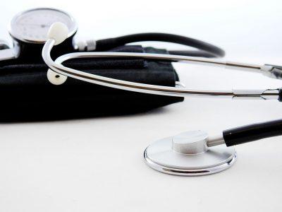Stethoskop auf weißem Tisch (© Bruno /Germany | pixabay)