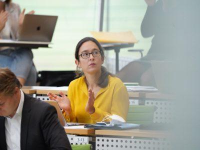 Claudia Maicher klatscht während Plenum in Fraktionsreihe